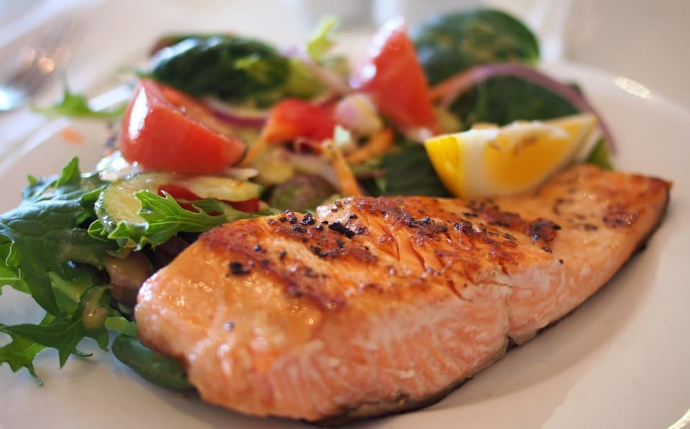 Salmon with vegetables to ensure post-workout protein intake