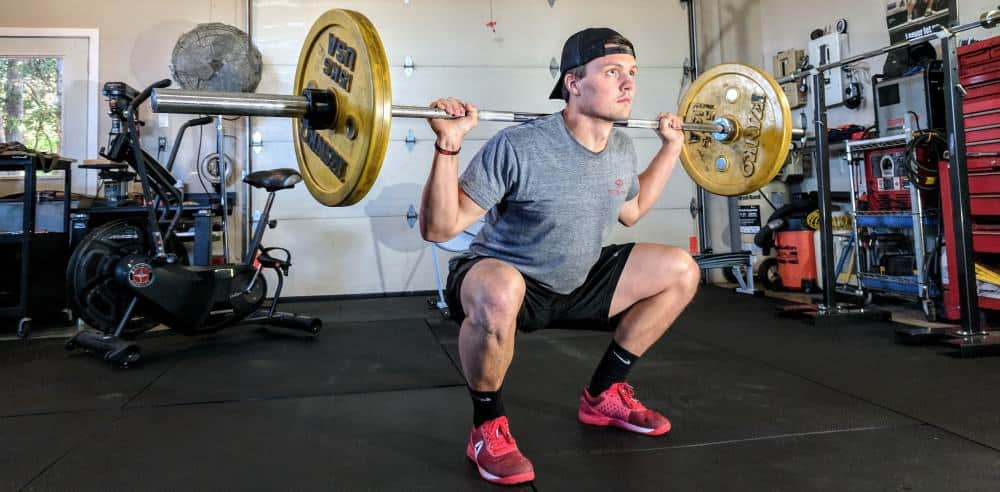 Man doing squats for the optimal calves volume